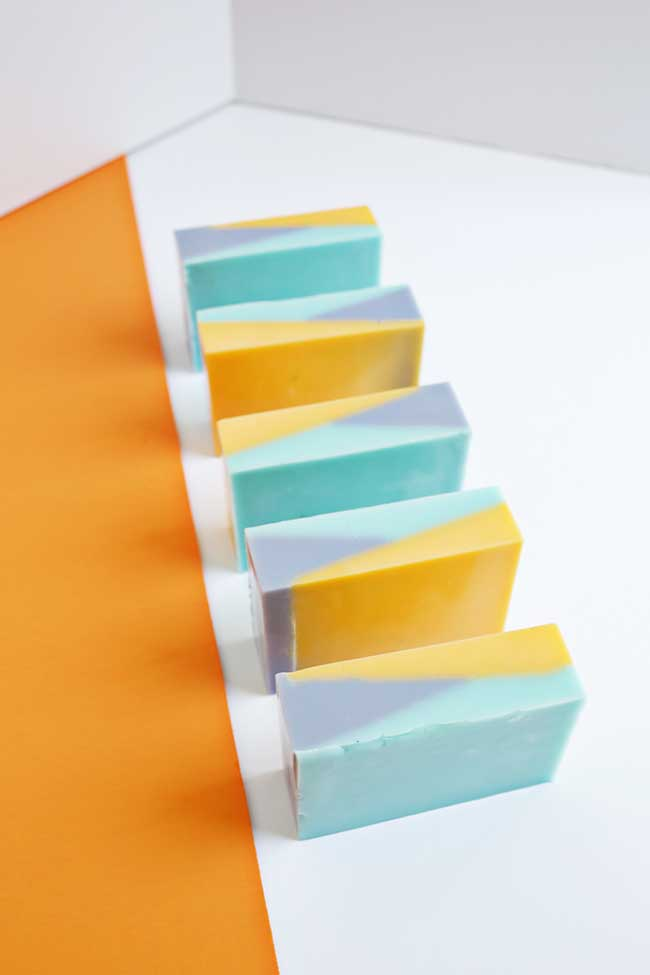Se for usar o sabonete como lembrancinha de festa, use as cores da decoração nele