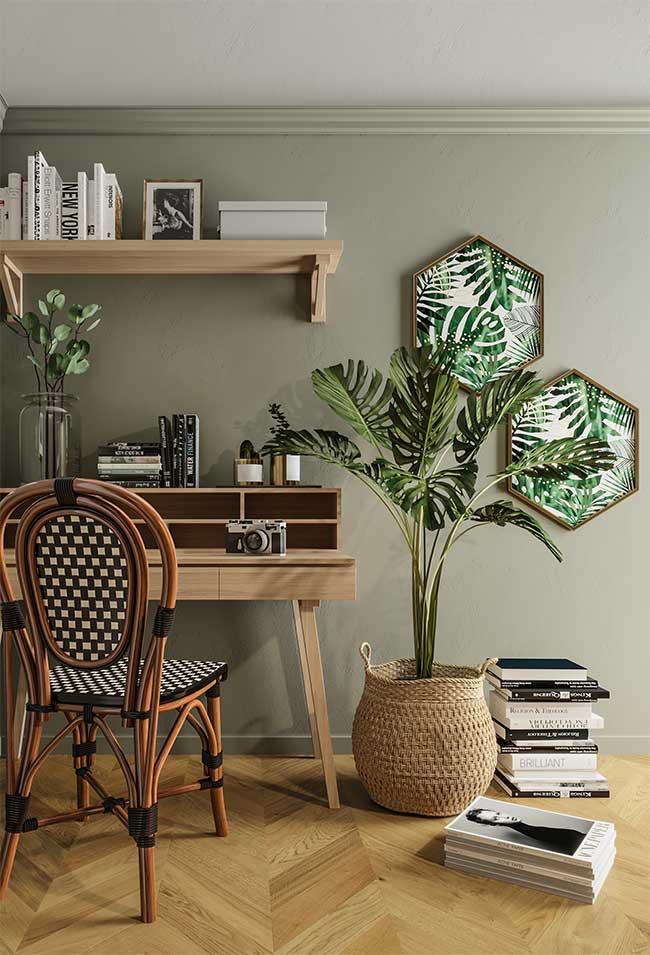 Para lembrar ainda mais a natureza combine a parede verde com elementos em madeira