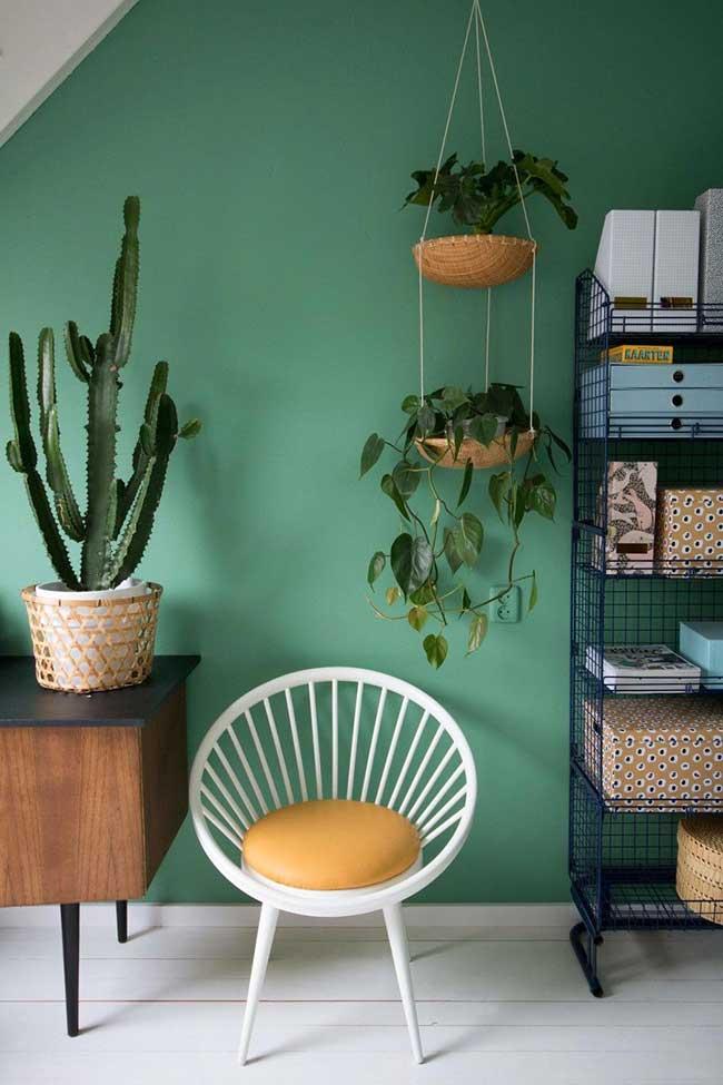 Parede verde e móveis retrô