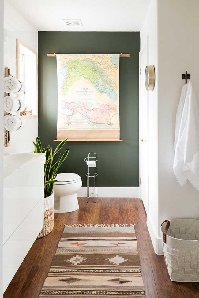 Banheiro com parede verde musgo