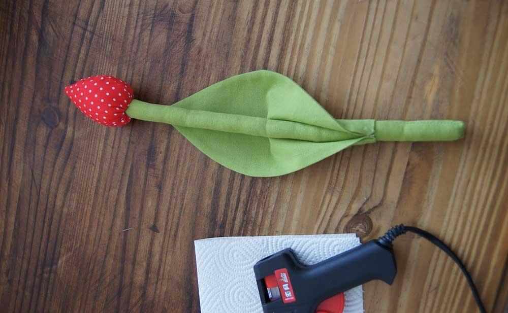 Encaixe o palito de churrasco na abertura da flor