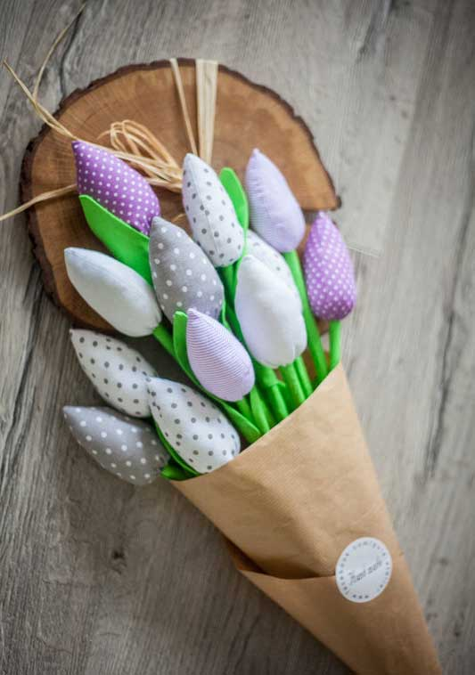 Arranjo na parede com tulipas de tecido