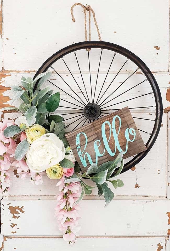 Se a bicicleta quebrou, aproveite o aro para criar um arranjo rústico e florido