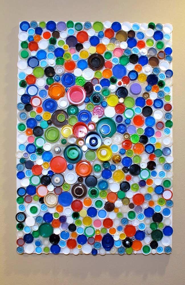tampinhas plásticas de várias cores e tamanhos formam um inusitado e criativo quadro de parede