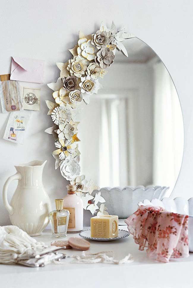 Olha que luxo esse espelho decorado com flores de papel