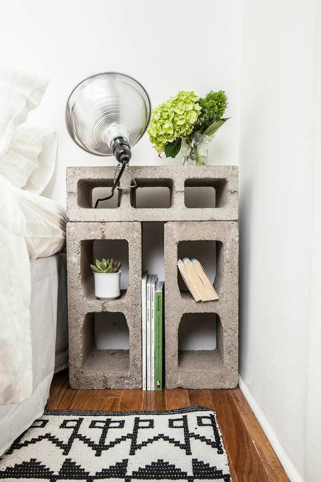 Blocos de concreto como criado-mudo