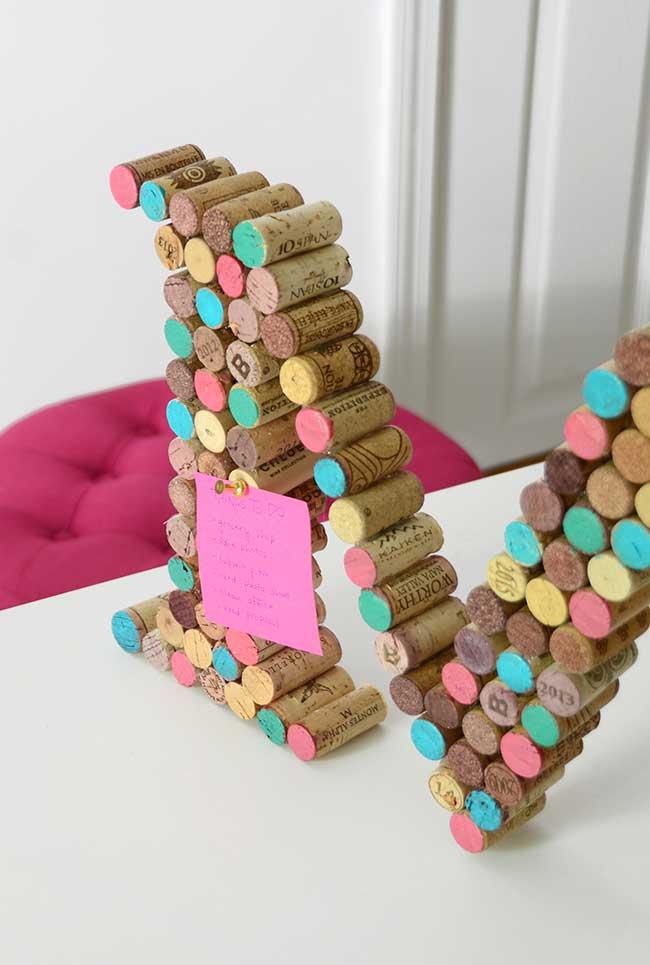 letreiro feito com rolhas de garrafa
