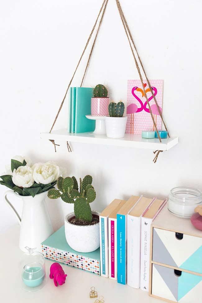 Uma prateleira suspensa para acomodar objetos decorativos e pessoais