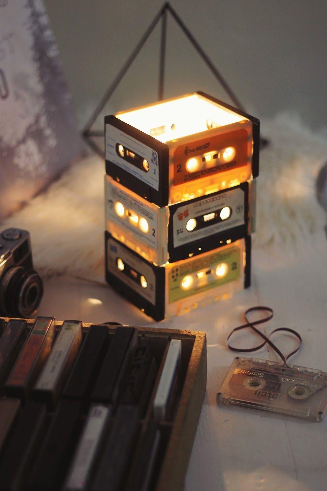 Tem dessas em casa ainda? Aqui, as antigas fitas cassetes deram vida a uma luminária original