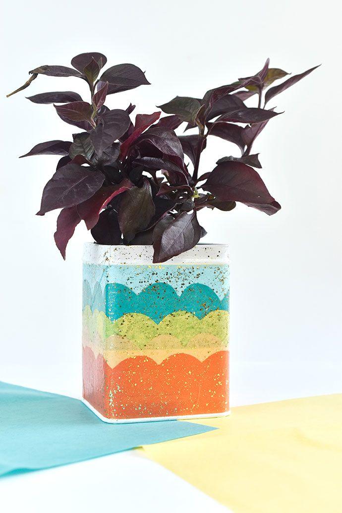 Decoração sustentável: pegue pincel, tintas, purpurina e uma lata de metal para fazer um vaso personalizado