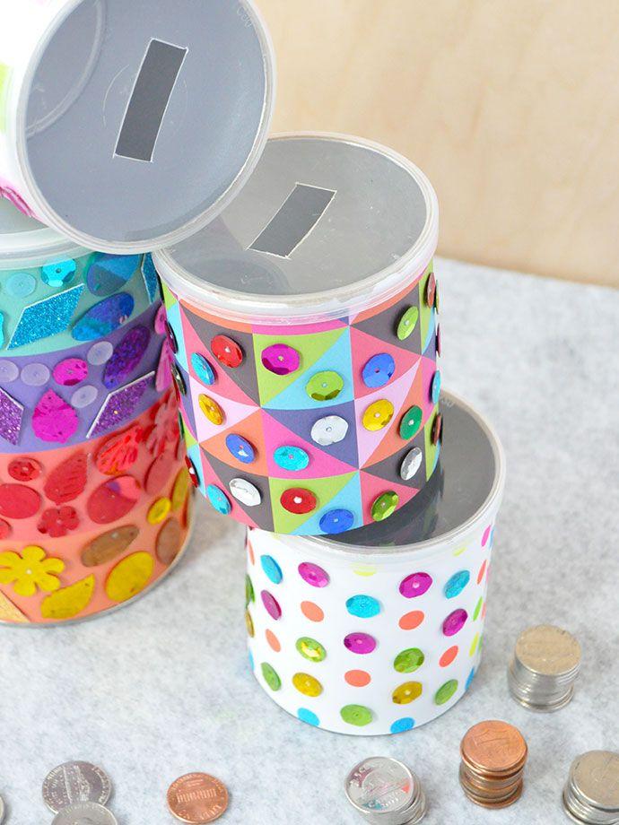 Cofres com latas de leite em pó