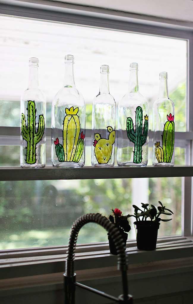 Decoração sustentável: usando caneta para vidro você consegue transformar simples garrafas de vidro em lindas peças decorativas para sua casa