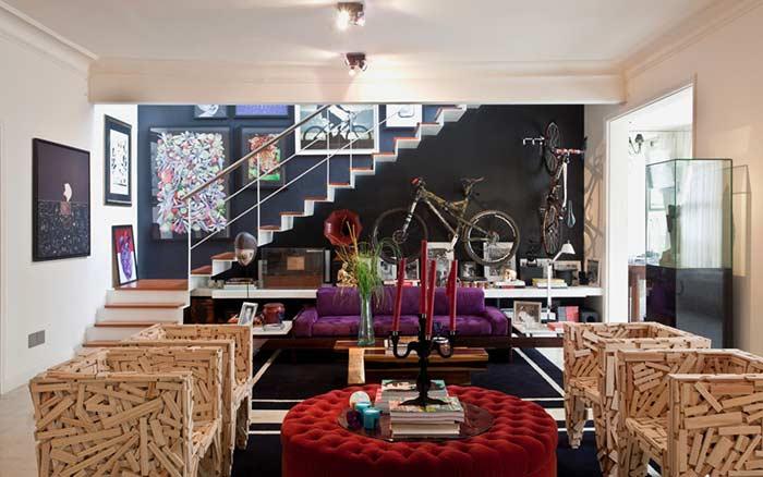 Para completar a decoração moderna e despojada dessa sala, poltronas feitas com retalhos de madeira