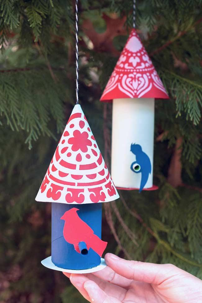Decoração sustentável: chame os passarinhos para o jardim de casa usando rolinhos de papel higiênico coloridos