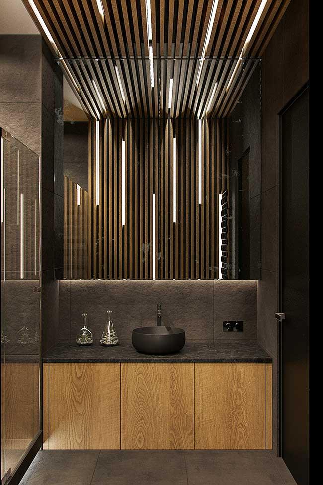 Aqui nesse banheiro, as fitas de LED foram colocadas entre as tiras de madeira
