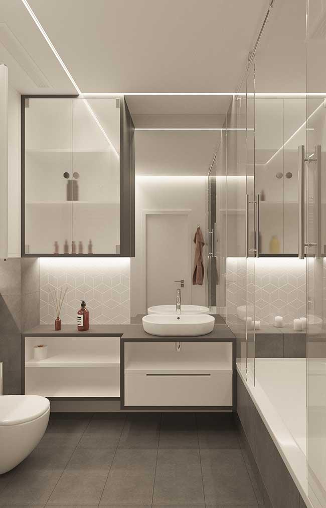 Teto com fita de LED no banheiro