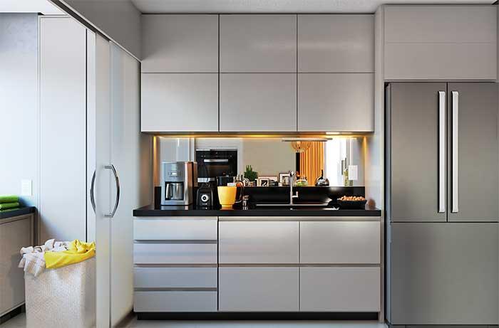 Fita de LED amarela no móvel branco da cozinha