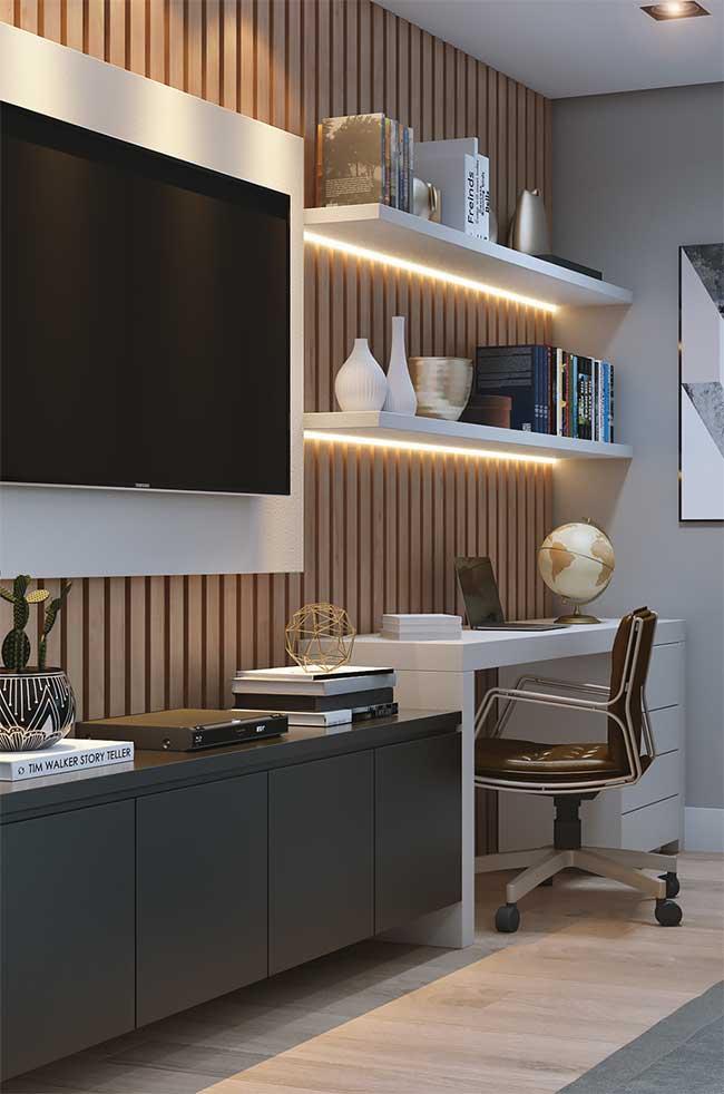 Nessa sala, a opção foi por usar fitas de LED para destacar a área da TV e as prateleiras