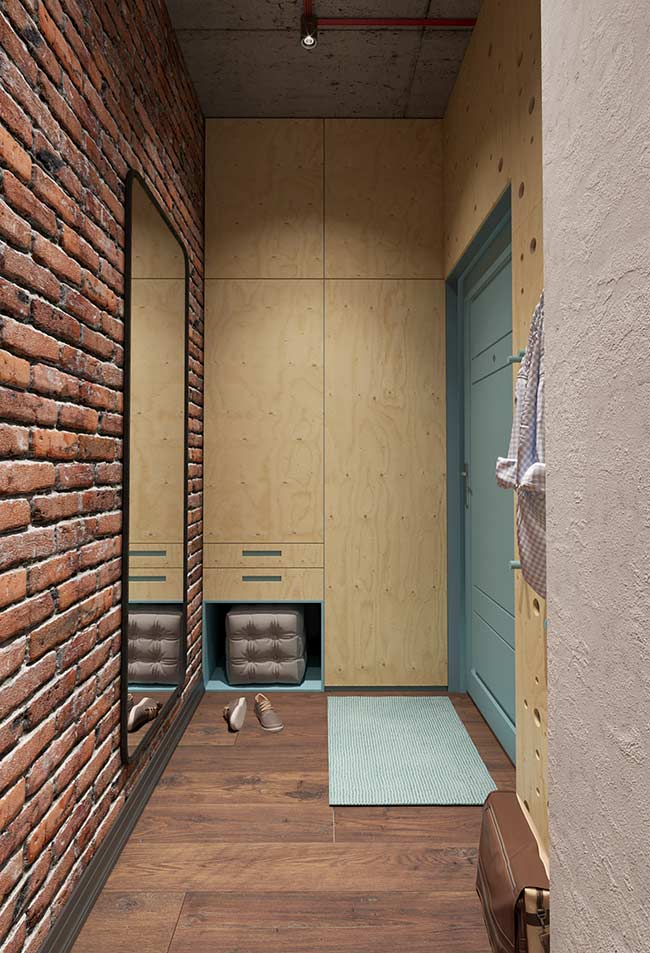 Para liberar espaço no hall, o pufe que auxilia a calçar os sapatos fica acomodado dentro do nicho quando não está em uso