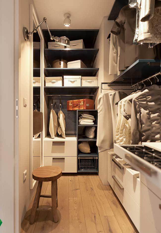 Nicho embutido no armário do closet organiza as roupas do mesmo modo, mas com um charme a mais