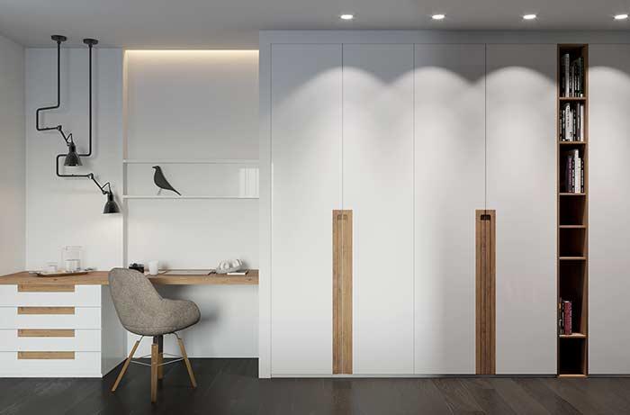 Nesse quarto, os nichos principais ficam entre os armários, mas repare que há um nicho discreto sobre a escrivaninha