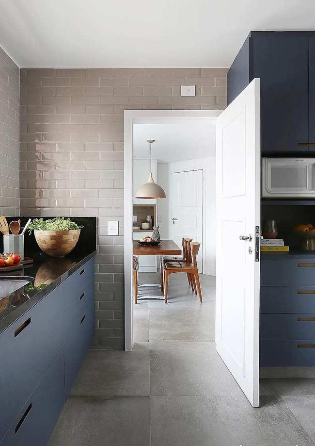 Marcenaria na cor azul petróleo na cozinha