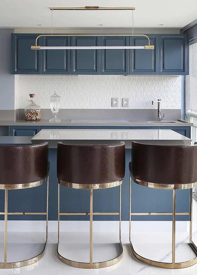 Cozinha clássica com azul petróleo