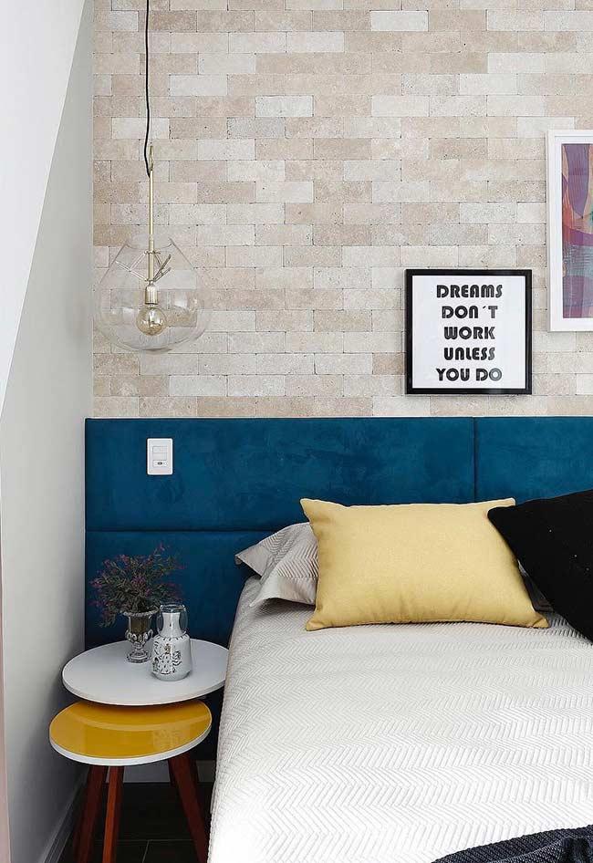 azul petróleo na cabeceira da cama