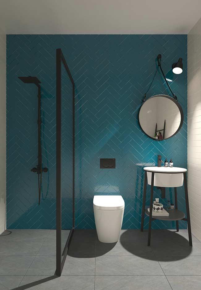 Banheiro moderno e elegante com azul petróleo