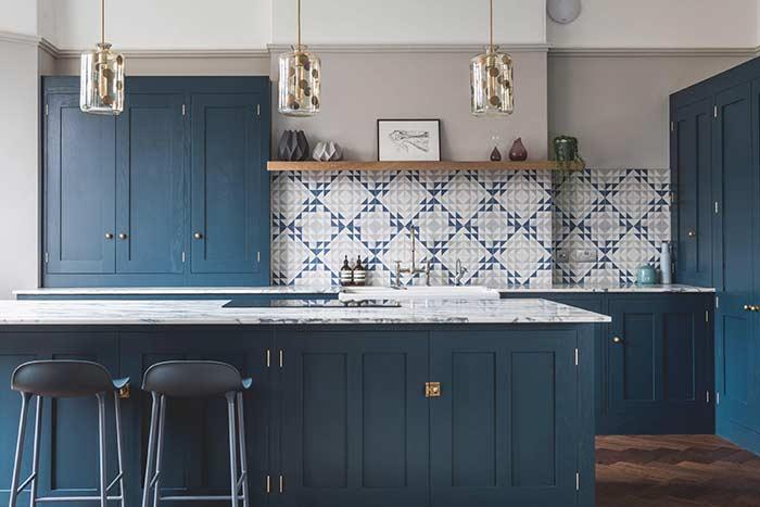 Mármore da bancada e azulejos completam a proposta dessa cozinha azul petróleo