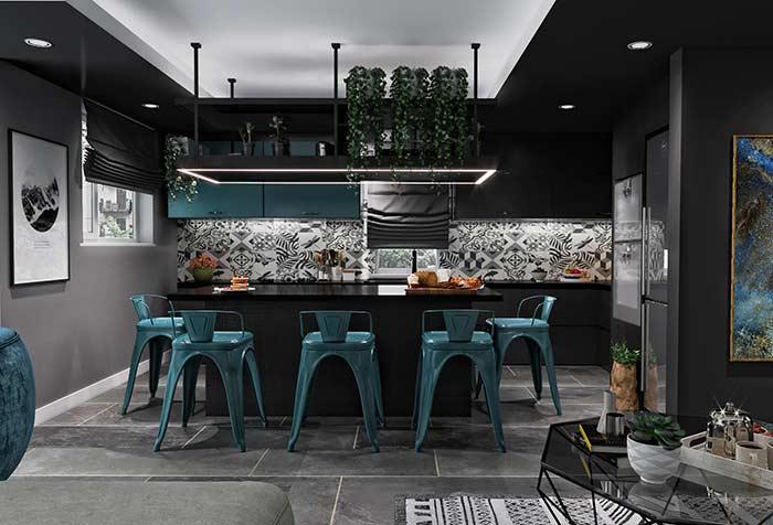 Essa cozinha gourmet preta apostou em um tom mais quente e vivo de azul petróleo para compor os detalhes da decoração