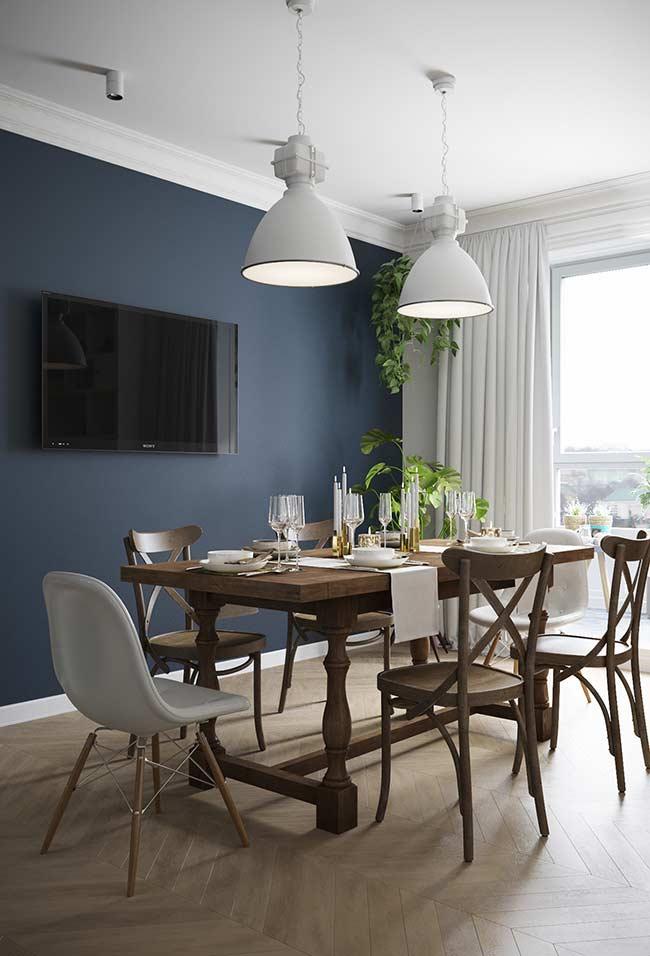 Sala de jantar com parede azul petróleo