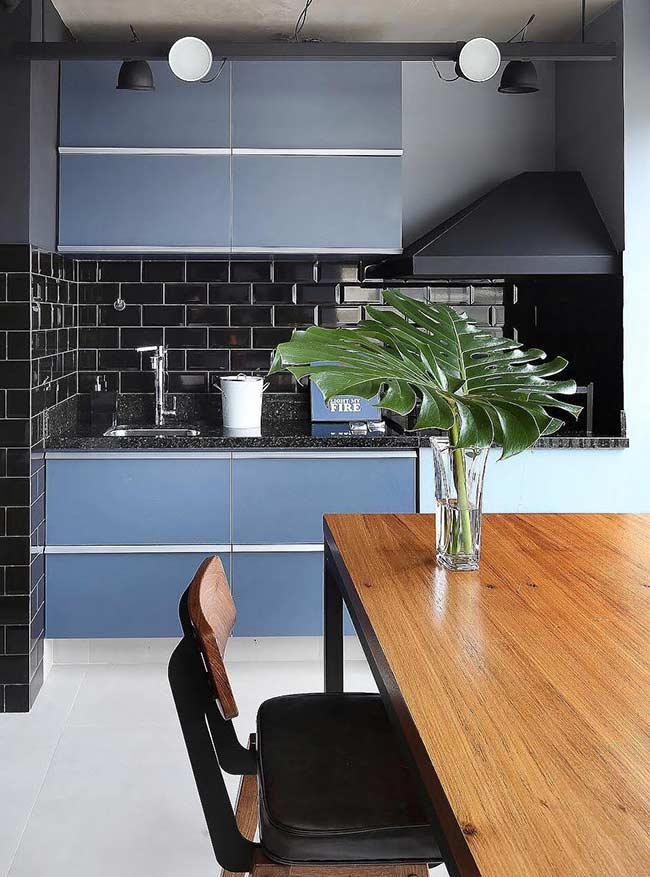 Cozinha com armários azul petróleo