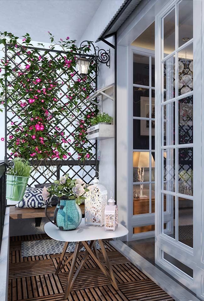 Quanto charme em uma varanda tão pequena: a proposta aqui foi usar deck de madeira modulado combinado à uma decoração romântica