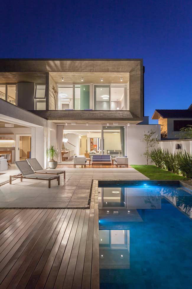 Seja uma piscina grande ou pequena, o deck de madeira está lá garantindo a beleza e o uso da área externa