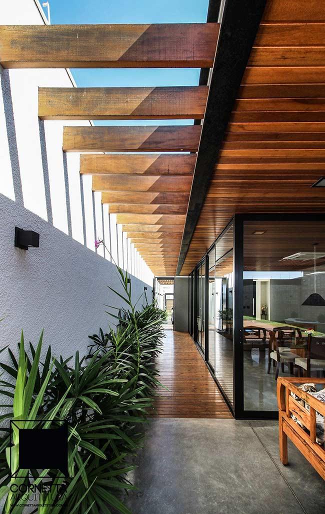 O deck de madeira se estende por todo esse corredor alongado