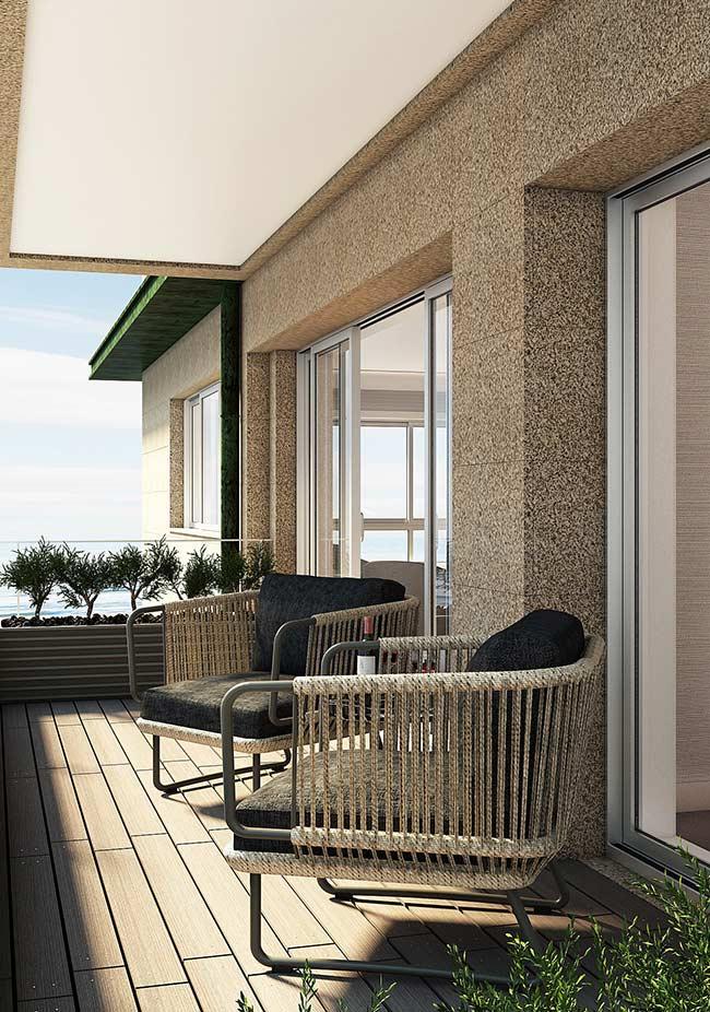 Combinar deck de madeira com elementos na cor preta é garantia de sofisticação e elegância
