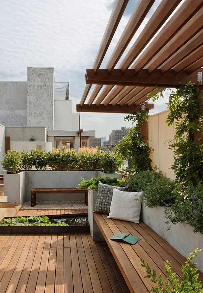 Para aproveitar melhor o espaço ao ar livre foi construído um banco de madeira