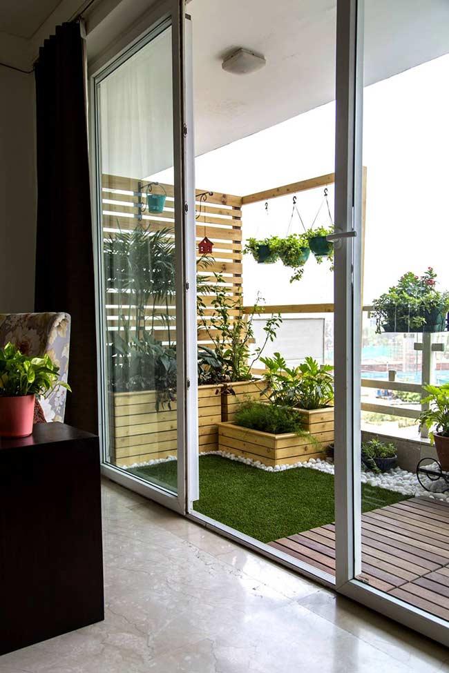 Deck de madeira, gramas, pedras, plantas