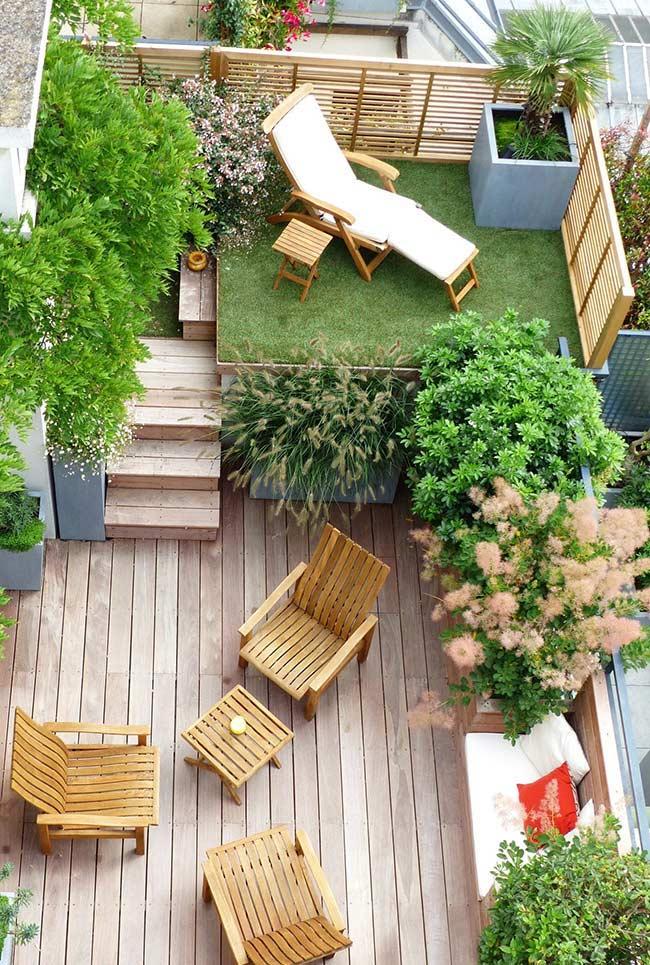 Área externa com deck de madeira em um pequeno mezanino