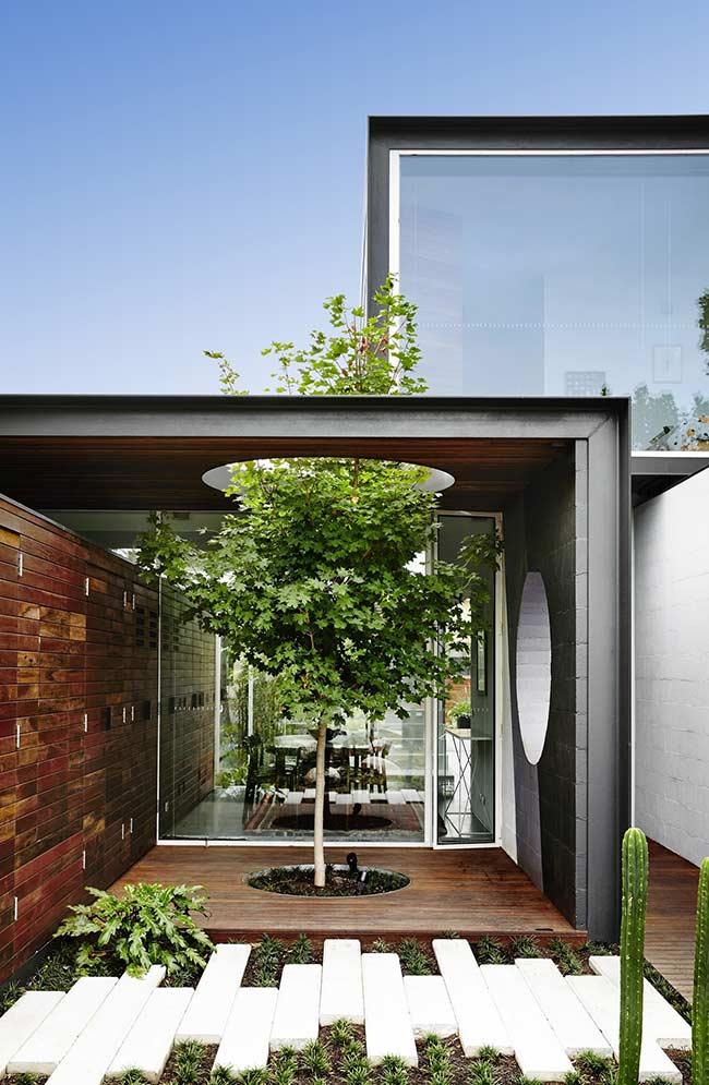 E bem no meio desse deck de madeira uma árvore cresce graciosamente, repare que até o forro foi planejado para não atrapalhar o desenvolvimento da planta