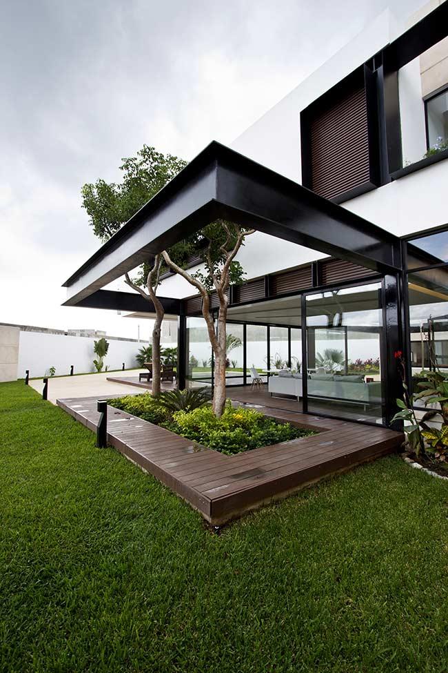 Qualquer pedacinho da área externa da casa que receber o deck de madeira vai se valorizar e se tornar mais receptivo