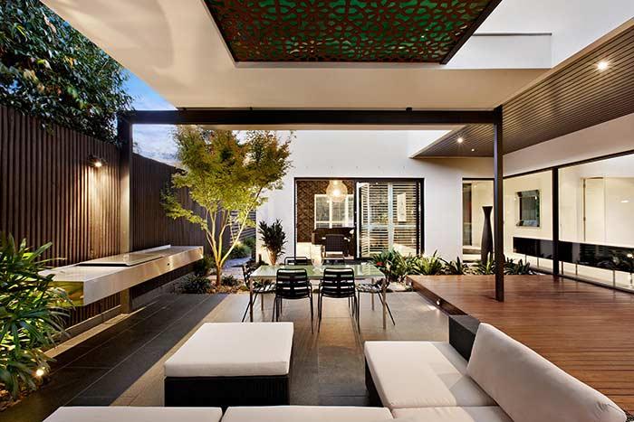 Seja para criar ambientes rústicos ou sofisticados, o deck de madeira é pau para toda obra
