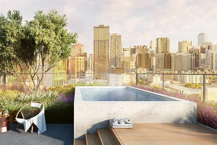 deck de madeira foi construído para criar o acesso à piscina de concreto