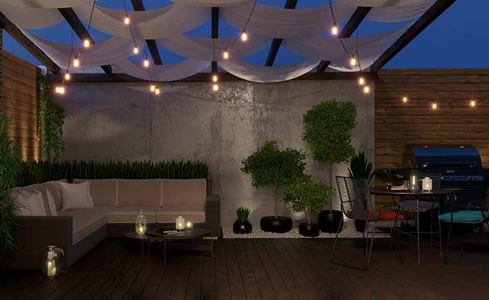 Reforce o ambiente aconchegante criado pelo deck de madeira usando varais de lâmpada