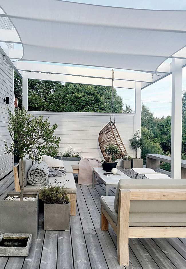 Deck de madeira montado do modo tradicional acomoda uma decoração clean e aconchegante