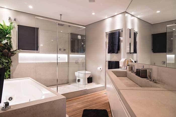 E no piso desse banheiro de tons claros e neutros é o deck de madeira que se destaca