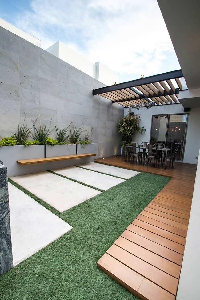 Não pise na grama: o deck de madeira elevado cria um caminho até a área interna da casa