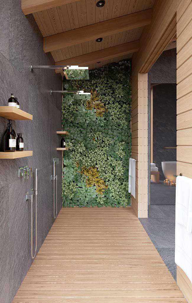 Esse banheiro apostou no uso de um deck de madeira para a área do banho