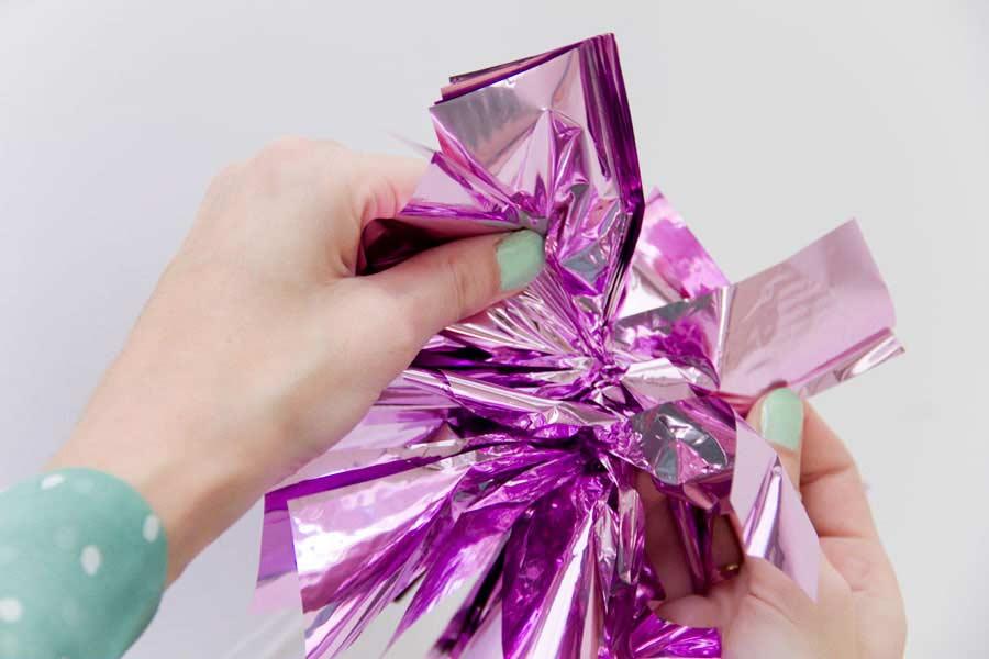 Comece a separar as folhas do papel em um dos lados como se fosse as asas de uma borboleta